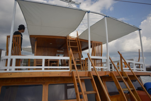 Sewa Kapal Labuan Bajo - Orang Berada di Deck Atas