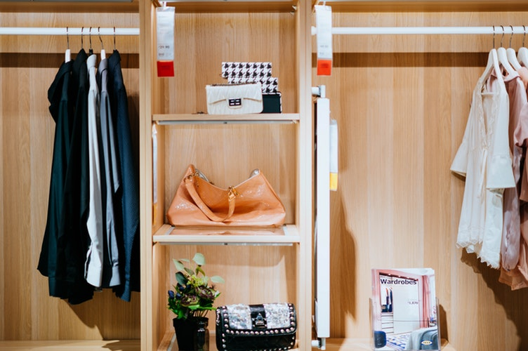 Lemari pakaian minimalis, unsplash @chuttersnap